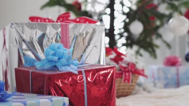 Elegáns fehér karácsony belső díszített fenyő, ajándék dobozok és Santa Claus az ablak. lassú mozgás. 3840 x 2160