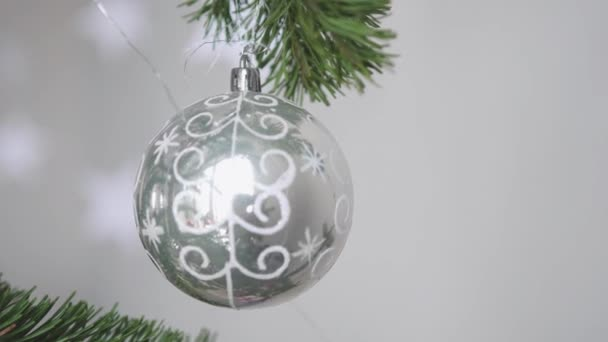 Vánoční strom zdobí vánoční stříbrný míč zblízka. 3840 x 2160