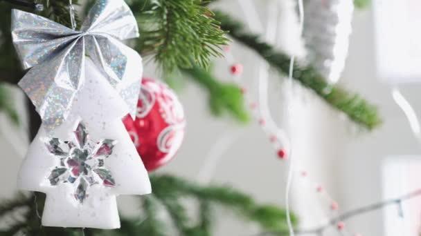 Vánoční strom zdobí krásné hračky Vánoce u okna. Zblízka. Zpomalený pohyb. 3840 x 2160