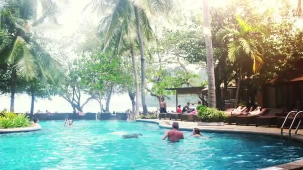 Krabi, Thailand, 15july 2018. Luxus-Hotel mit Swimmingpool und Sonnenliegen Andpalm Bäume. Konzept von Luxus und Wellness. 3840 x 2160