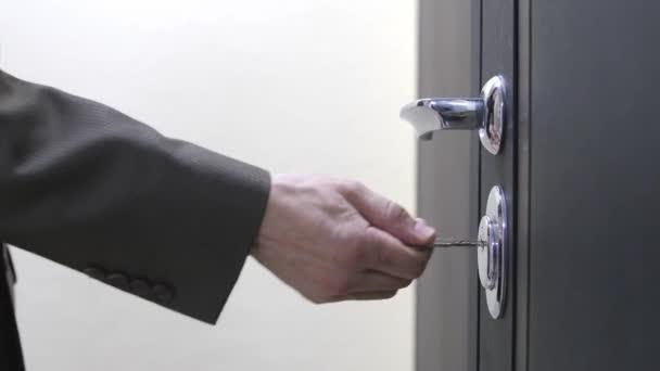 Obchodník odblokuje domy s klíčem a vstoupí. 3840x2160
