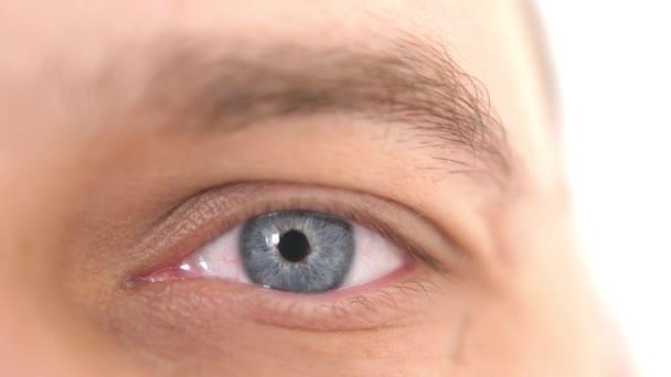 Zavřít mužské oko. Detail modrého oka muže, který se dívá na kameru. 3840x2160