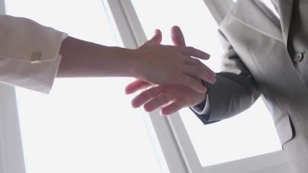 Dva obchodní partneři si potřásli rukama při setkání s mužem a ženou v obleku. Úspěšná dohoda. Zpomaleně. 3840x2160