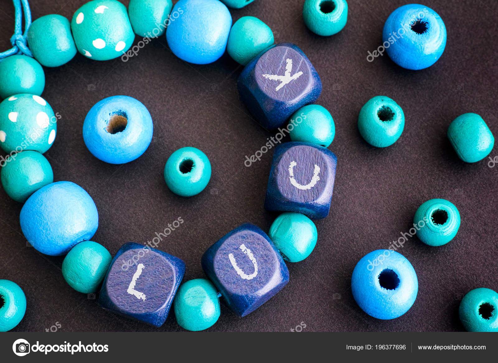 Pulseira Miçangas Madeira Azul Com Cartas Sorte Sobre Fundo Preto