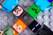 Tambov, Rusko - 20. května 2018 čtyři minifigurky Lego Minecraft - Steve, Alex, květina, zombie, na šedém pozadí. Studio záběr