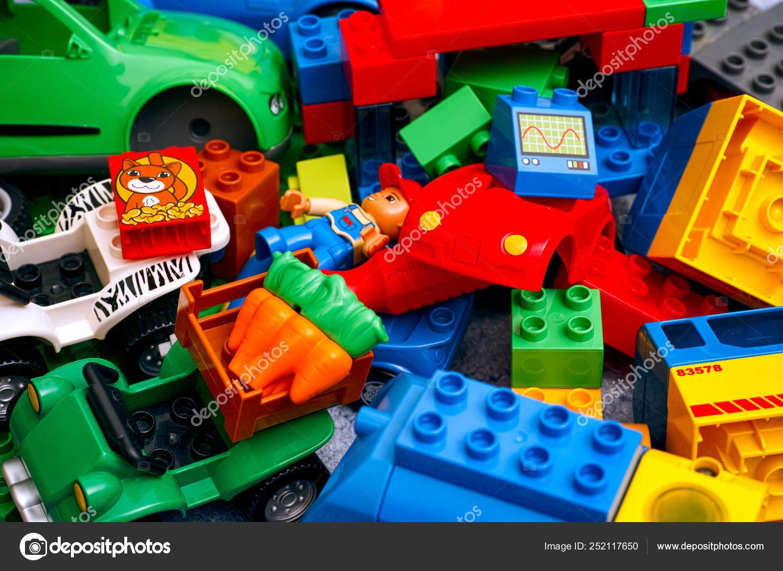 Foto DuploCoches De Juguetes— Lego Bloques Montón Y Editorial nyv0wON8m