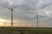Sonnenuntergangslandschaft mit Windrädern in der Nähe des Kaliakra-Kaps an der Schwarzmeerküste, Dobrich-Region, Bulgarien,