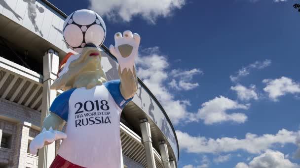 Moskva, Rusko 10 srpna 2018: Oficiální maskot mistrovství světa 2018 v Rusku – wolf Zabivaka a Luzhniki olympijský komplex – stadion pro mistrovství světa ve fotbale 2018. Moskva