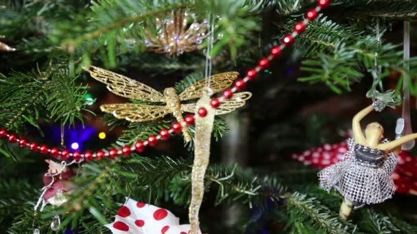 Bellissimo albero di Natale con i giocattoli decorativi chritmas