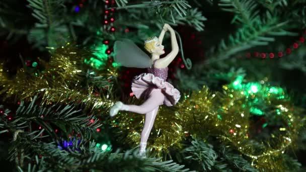 Krásný vánoční strom s ozdobnými chritmas hračky