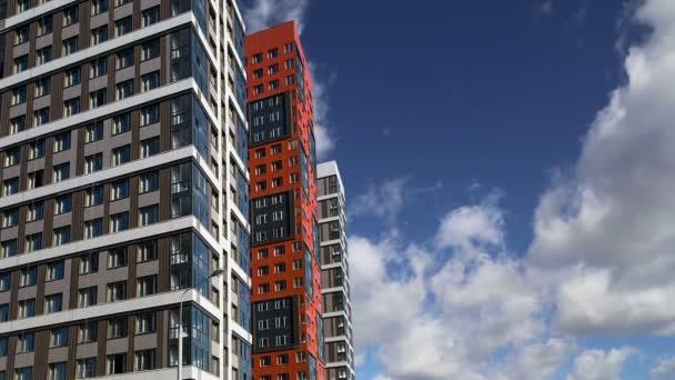 mehrstöckiges Gebäude im Bau (neuer Wohnkomplex) gegen den Himmel, Moskau, Russland