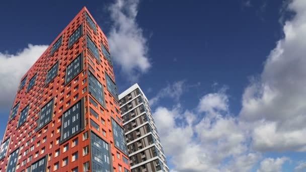Vícepodlažní budovy ve výstavbě (nový rezidenční komplex) proti obloze, Moskva, Rusko