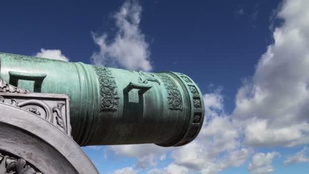 Tsar Cannon proti obloze, Kreml Moskva, Rusko – je velký, 5.94 metrů (19,5) dlouhé dělo na displeji na základě moskevského Kremlu
