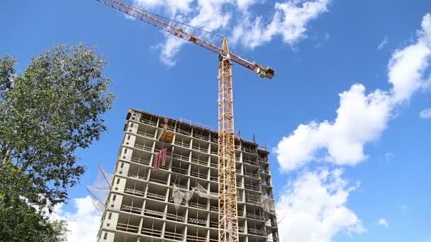 Stavba vícepodlažní budovy (nový obytný komplex). Staveniště při renovaci programu v okrese Cheryomuški, Moskva, Rusko