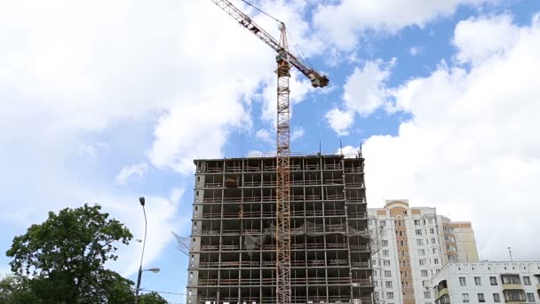 Vícepodlažní budova ve výstavbě (nový rezidenční komplex). Staveniště po rekonstrukci v okrese Cheryomushki, Moskva, Rusko