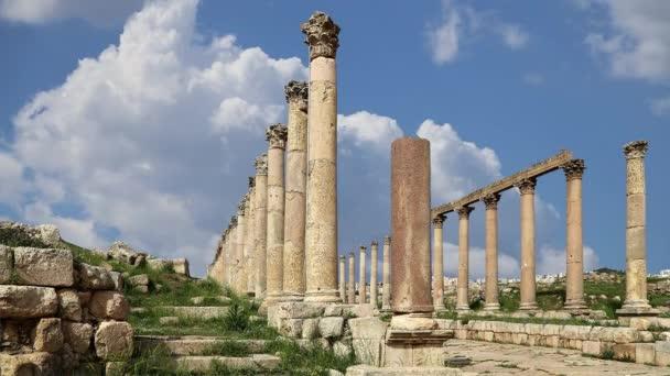 Ürdün 'ün Jerash şehrindeki (Gerasa of Antiquity) Roma harabeleri, hareket eden bulutların arka planına karşı başkent ve en büyük Jerash Valiliği, Ürdün