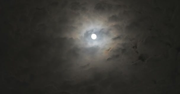 Úplněk v noci s pohyblivými mraky