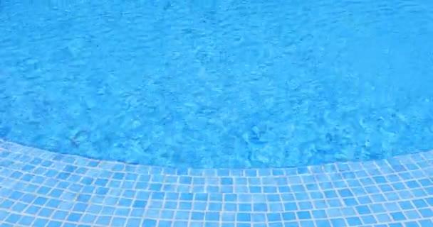 vodní vlny v bazénu, modrá dlaždice, 4k připravený
