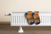 proužkované ponožky jsou suché na radiátoru
