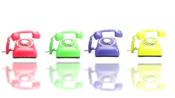čtyřbarevné retro telefony vyzvánějící na háček
