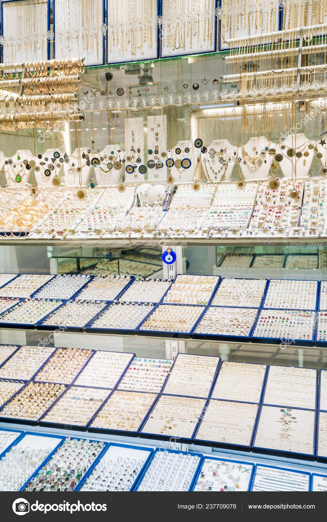 6410e9171b039 Bloquer la vente de bijoux en argent dans le bazar d'Istanbul en Turquie–  images de stock libres de droits