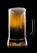Hideg pohár világos ale kézműves sör hab és buborékok, a fekete háttér