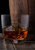 Üveg whiskyt a jeget fahordó mellett. Cognac, brandy ital