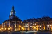 barokně klasicistní historické radnice v noci v Jelenia Gora