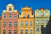 fasády historických domů na náměstí s tržištěm v Jelenia Gora