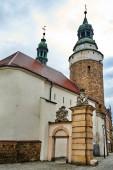 Středověký, kamenný kostel se zvonicí a fragmentem městské brány v Jelenia Gora v Polsku