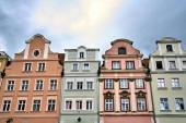 Fasády historických činžovních domů na náměstí v Jelenia Gora v Polsku