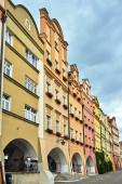 Fasády historických činžovních domů s arkádami na trhu ve městě Jelenia Gora v Polsku