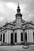 Bývalý luteránský kostel v barokním slohu v Jelenia Gora, černobílý