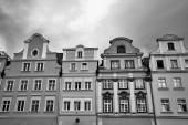 Fasády historických činžovních domů na náměstí v Jelenia Gora v Polsku, černé a bílé