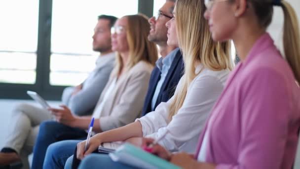 Koncentrovaný obchodní tým věnuje pozornost na týmovém pracovním místě.
