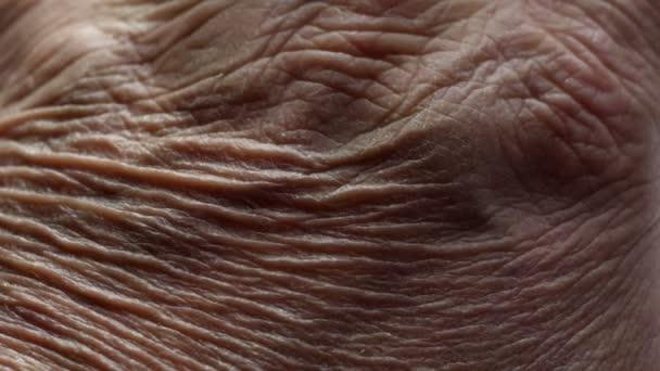 Detailní záběr rukou seniora s Alzheimerovou chorobou