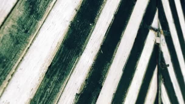 Černé a bílé dřevěné dveře