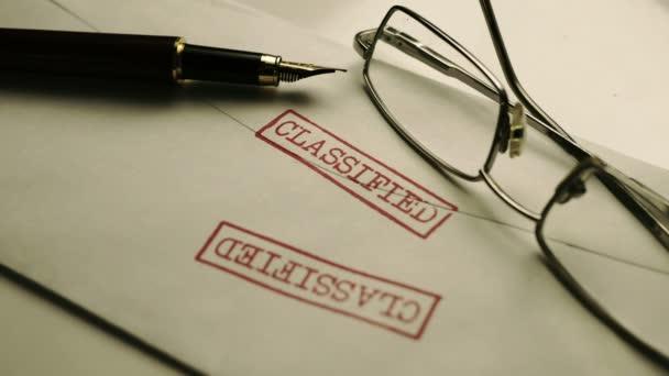 Primo piano del documento classificato in envelop