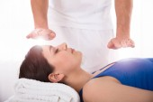 Photo Close-up Of A Relaxed Young Woman Having Reiki Healing Treatment