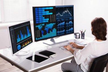 Analiz Bilgisayar işyerinde grafiklerde kadın borsa Broker