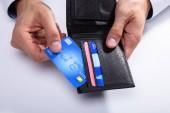 Egy személy kezét, pénztárca, fehér háttér eltávolítása a hitelkártya