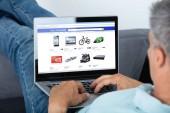 Detail člověka Online nakupování na notebooku doma