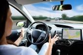 Fényképek Közeli kép: egy nő utazik a saját Modern autó vezetés