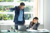 Rozhněvaný mladý podnikatel spalujících naštvaná zaměstnankyně úřadu