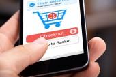 Fotografie Lidská ruka drží mobil s Online nakupování aplikací