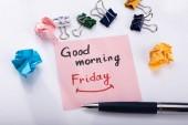 Lepicí poznámku s textem pátek dobré ráno s kancelářskou sponkou a pera