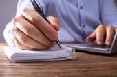 Személy odaad írás fekete notebook Laptop toll segítségével