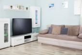 Fotografia Interno della sala soggiorno con televisione e mobili