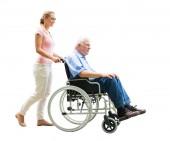 Šťastná žena pomoc otce zdravotně postižených na invalidním vozíku nad bílým pozadím