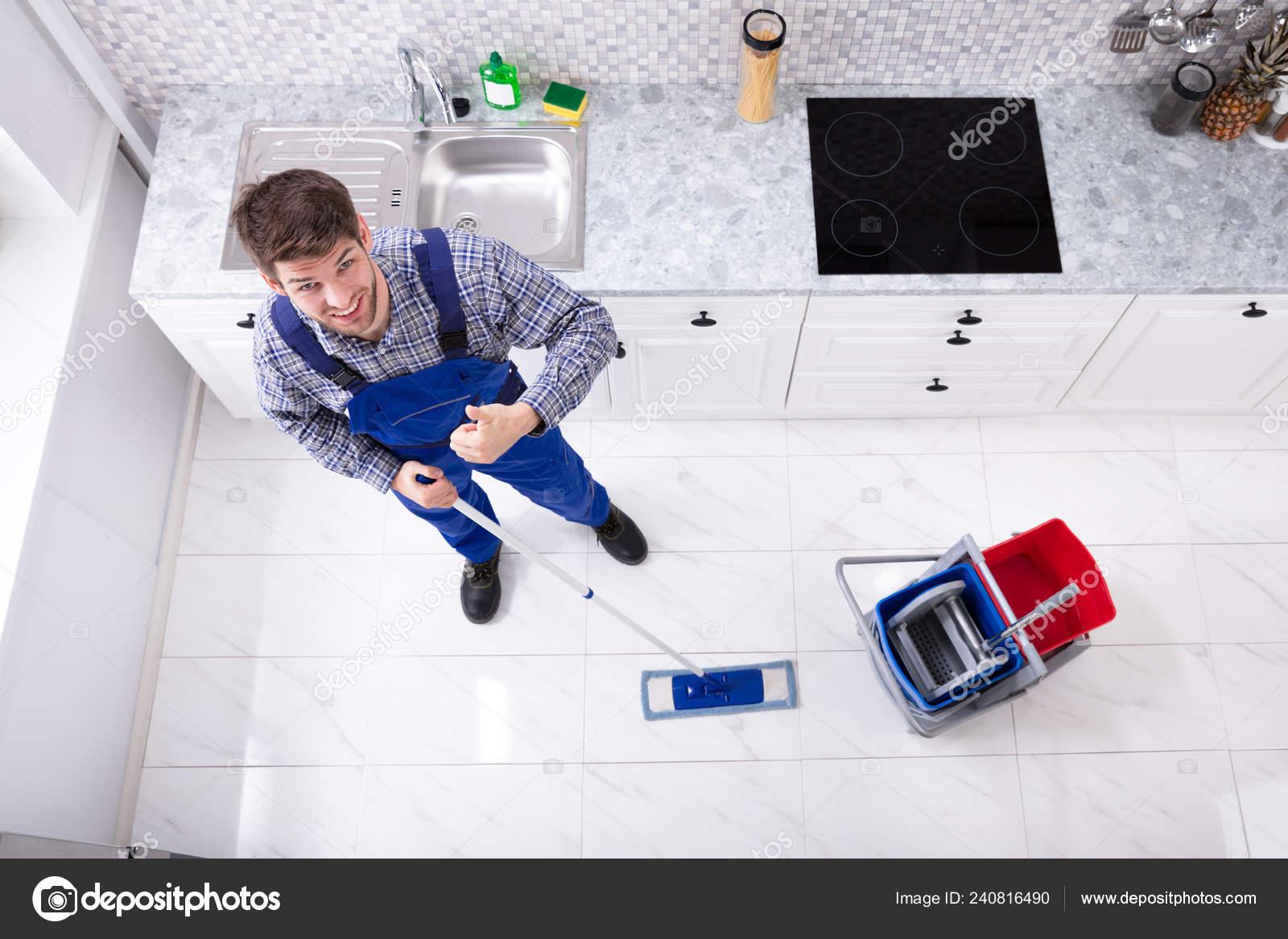 1e74bb741842 Μεγάλη Γωνία Προβολής Των Θυρωρών Που Καθαρίζουν Πάτωμα Σφουγγαρίστρα Στην  — Φωτογραφία Αρχείου